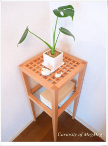 部屋の角に観葉植物を