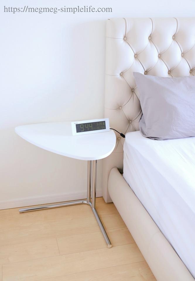 ベッドサイドのテーブル